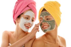 Dwie dziewczyny z maseczkami kosmetycznymi
