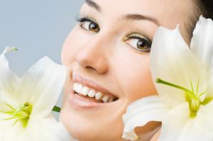 Twarz kobiety z białym kwiatem