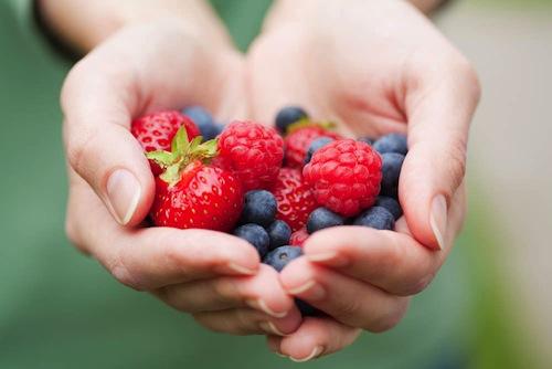 Owoce w dłoniach