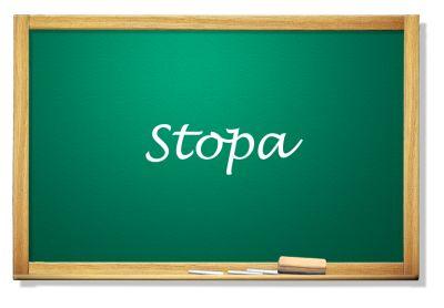 Tablica z napisem Stopa
