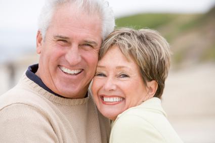 Przytulona para w dojrzałym wieku