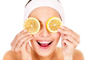 kobieta z plastrami pomarańczy na oczach