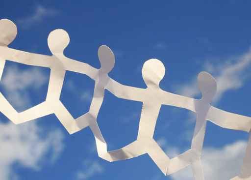 Biała wycinanka trzymających się za ręce ludzi na tle nieba; cera tłusta i trądzikowa, kremy, problemy z cerą, złuszczanie skóry, diagnoza cery, podstawowa pielęgnacja