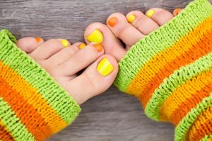Stopy z pięknie pomalowanymi paznokciami