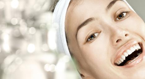 Twarz młodej kobiety, krem ochronny, kosmetyczne mity, przesądy kosmetyczne
