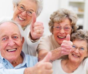 czworo starszych osób z uniesionym kciukami, trzy panie i pan