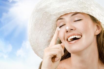 twarz kobiety w słomkowym kapeluszu, nawilżanie