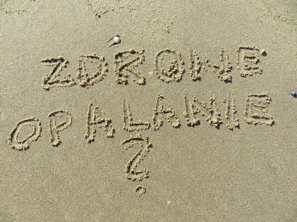 Napis na piasku: Zdrowe opalanie?